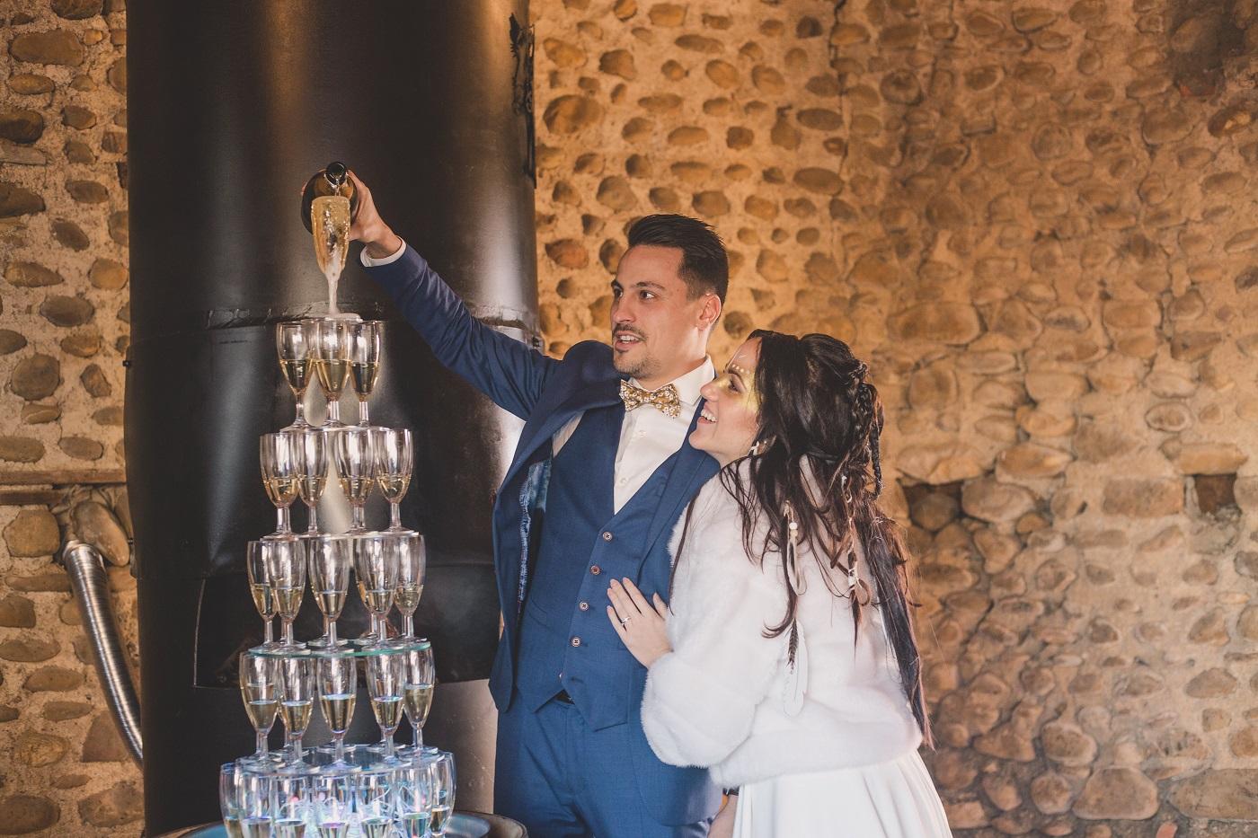 Mariage amérindien et noeud papillon jaune moutarde du marié, champagne !